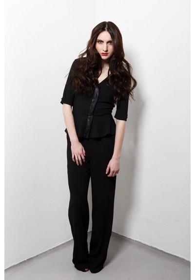 combinaison-pantalon-noire-en-crepe-decollete-v